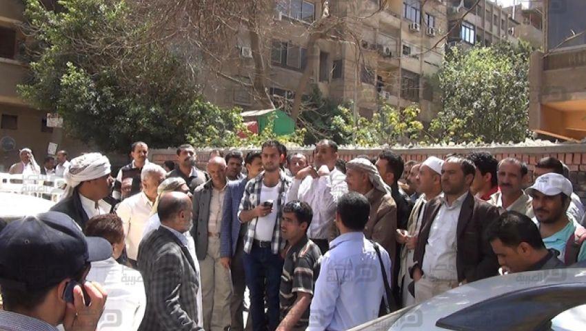 بالصور.. يمنيون يتظاهرون أمام سفارتهم بالقاهرة للمطالبة بالعودة لبلادهم